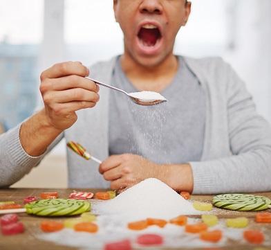 Mann isst Zucker