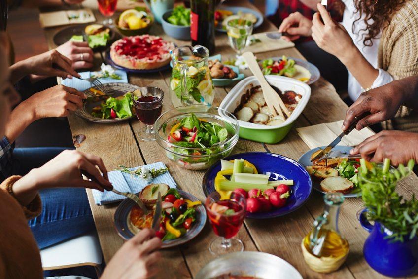 Freunde essen zusammen leckere veganes Essen